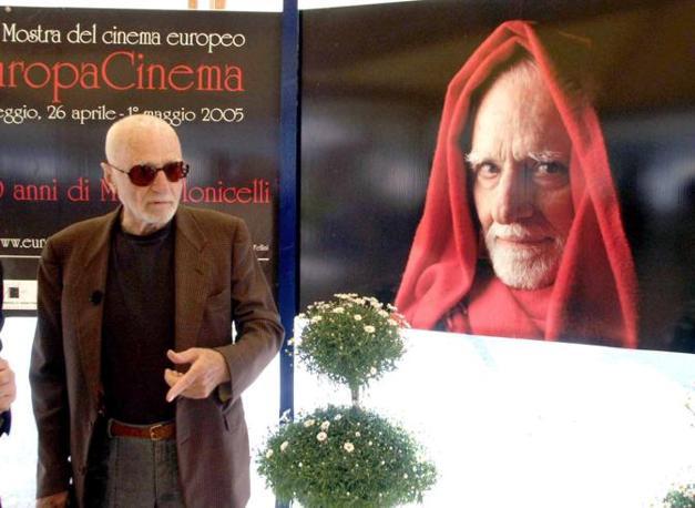 Mario Monicelli alla festa per i suoi 90 anni (Olycom)