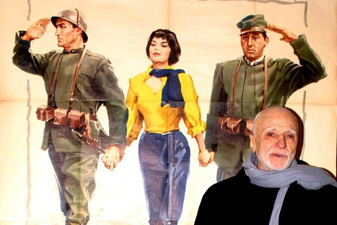 Mario Monicelli davanti ad un poster del film La Grande Guerra (Emblema) 