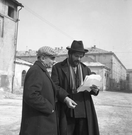Mario Monicelli e Marcello Mastroianni, a Cuneo nel 1963, durante le riprese di I compagni (Folympia) 