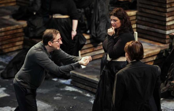 Il regista, Guy Cassiers, discute con due interpreti dell'opera