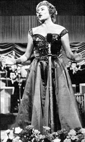 Nilla Pizzi mentre canta «Grazie dei fior», canzone vincitrice della prima edizione del festival di Sanremo nel 1951 (archivio Rcs Quotidiani)