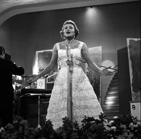 Nilla Pizzi al Festival di Sanremo del 1956: quell?anno non vinse (archivio Rcs Quotidiani)