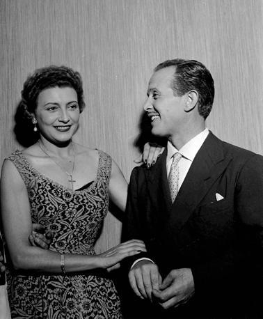 Torino, spettacolo al Teatro Nuovo, 15 luglio 1954: Nilla Pizzi con Roberto Murolo (archivio LaPresse)
