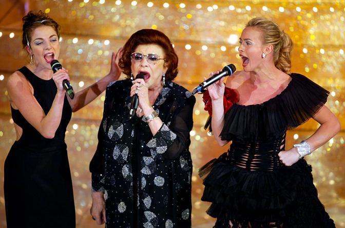 Claudia Gerini, Nilla Pizzi e Serena Autieri sul palco del teatro Ariston, nell'edizione 2003 del Festival di Sanremo