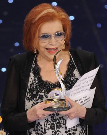Nilla Pizzi riceve il premio «Città di Sanremo» sul palco del Teatro Ariston, durante la 60ma edizione del Festival di Sanremo, 18 febbraio 2010  (Ap)