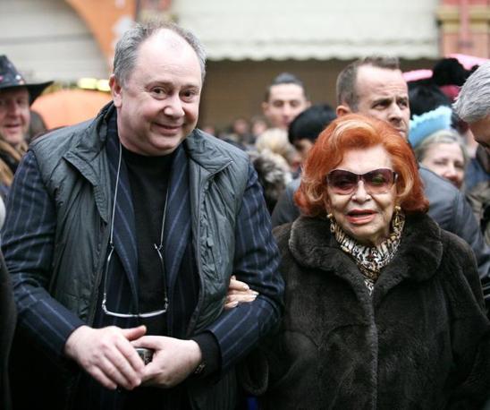 Nilla Pizzi con il suo agente Lele Mora: è stato lui a comunicare la notizia della morte della cantante (Olycom)