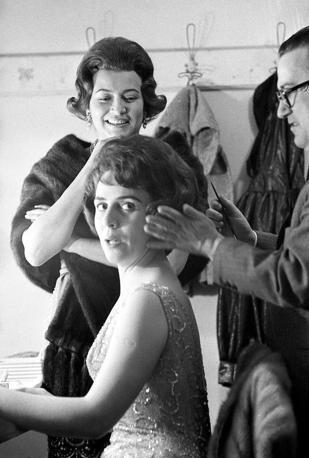In camerino con Jula De Palma, al Lirico di Milano nel 1960 (Olycom)