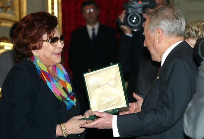 Nilla Pizzi riceve la medaglia d'oro per i benemeriti della cultura da Ciampi, nel 2003 (Fotogramma)