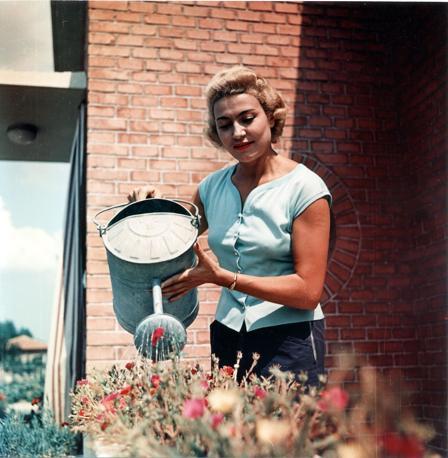 Nella sua casa di San Giovanni in Persiceto nel 1955 (Fotogramma)
