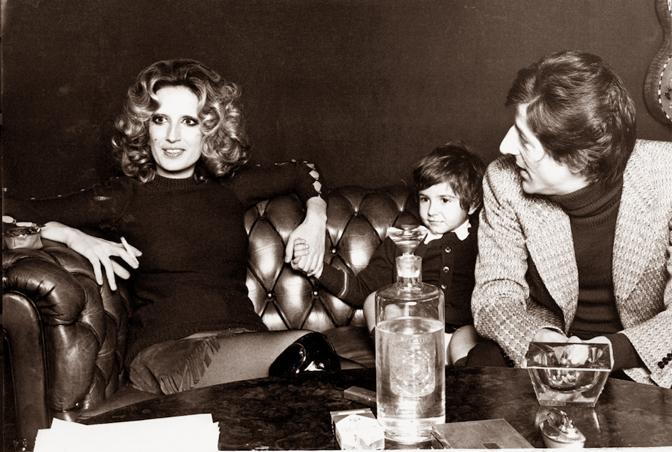 1970 con Mina e Dalia a casa, a Milano (archivio Mondadori/Electa)