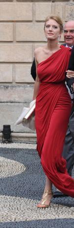 La sposa Matilde Borromeo che ha optato per un abito rosso (Splash News)