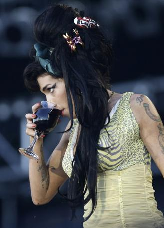 Amy Winehouse, in questi anni si è fatta conoscere anche per i suoi problemi di anoressia e bulimia, oltre che per abuso di alcol, farmaci e droga (Reuters)