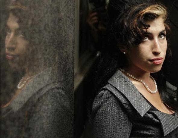 Amy Winehouse in una foto del 2009, durante una pausa di un processo che la vedeva coinvolta (Afp)