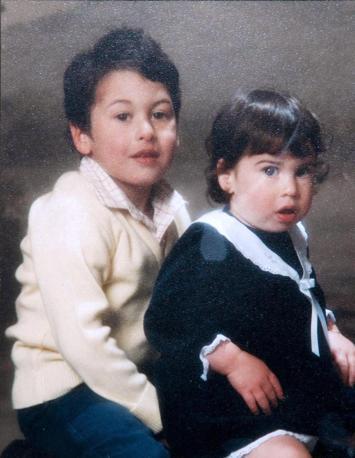 Insieme al fratello Alex, quando aveva 4 anni (Olycom)