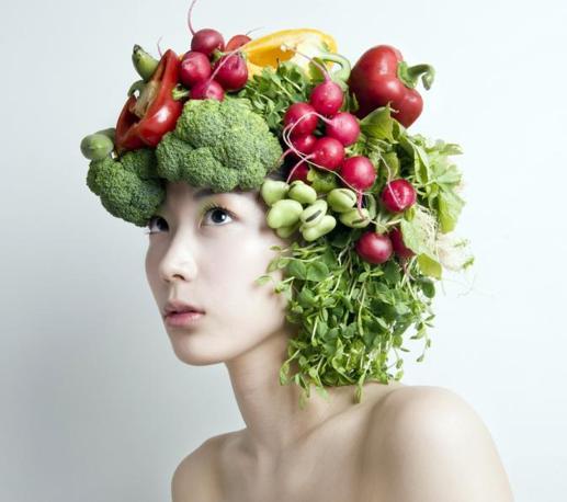 Da oggi ortaggi, frutti e fiori diventano arte da indossare. L'artista giapponese Takaya Hanayuish ha creato delle acconciature che sono vere opere d'arte (Olycom)