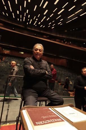 Il maestro Zubin Mehta durante una prova (Photomasi)