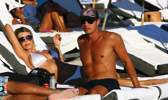 La Rusic e il suo boyfriend sulla spiaggia (Splash)
