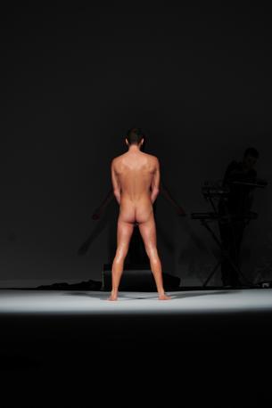 Un modello posa nudo durante la sfilata di Frankie Morello (AFP)