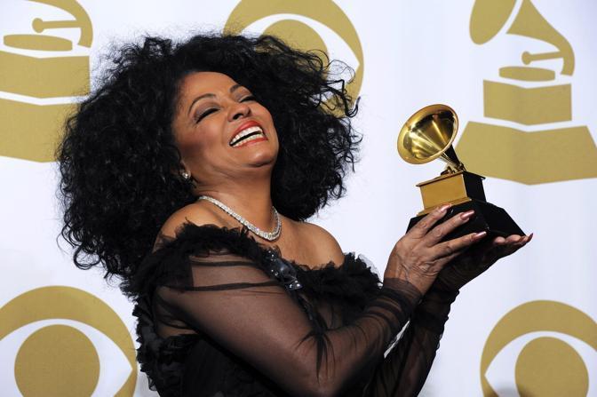 Diana Ross con il suo premio (Epa)