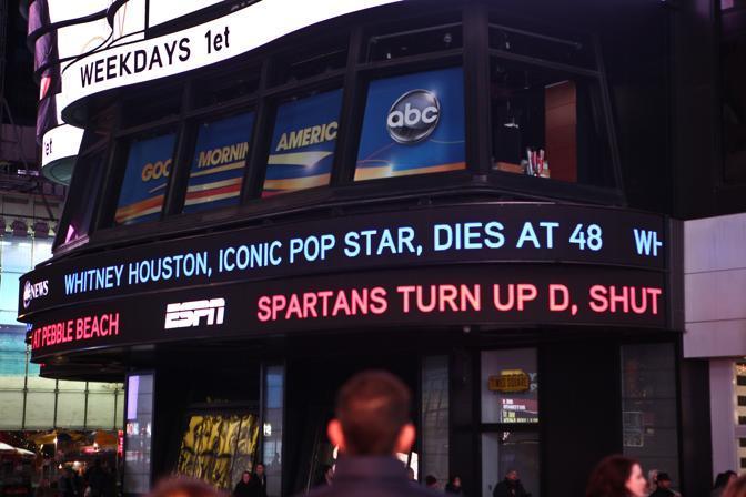 Messaggi di dolore a Times Square a New York (Afp)