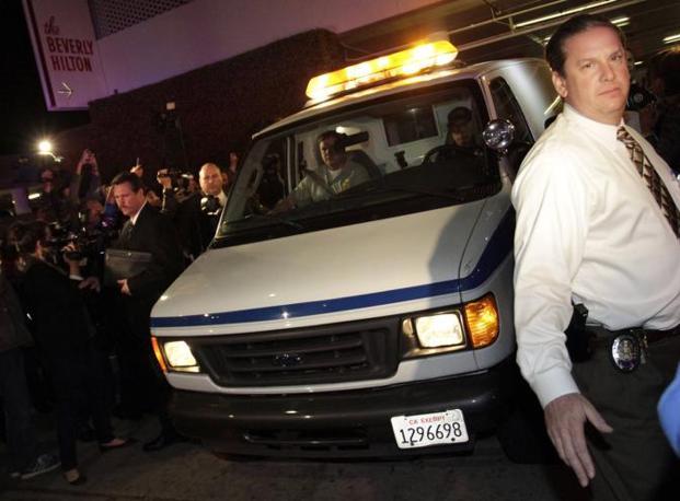 Il corpo di Whitney lascia l'albergo (Reuters)