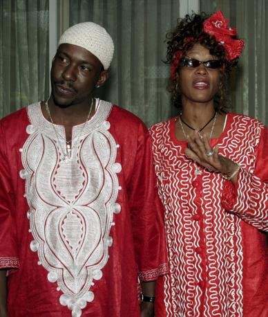 Whitney Houston nel 2003 a Gerusalemme con il marito Bobby Brown (Epa)