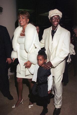 Con il marito Bobby Brown e la figlioletta Cristina nel 1998 (Afp)