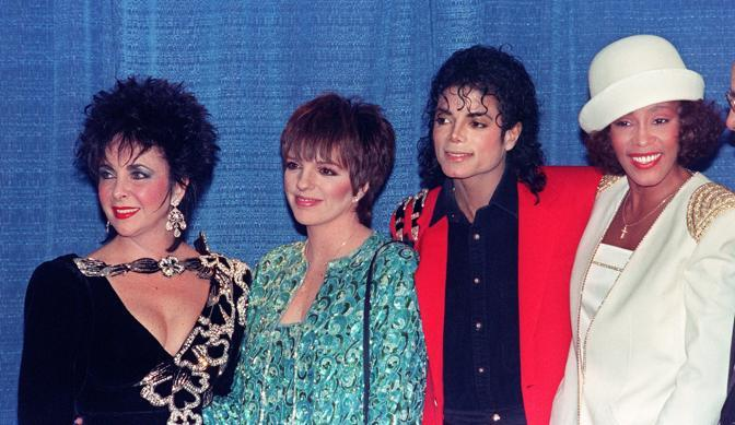 Da sinistra con Liz Taylor, Lisa Minnelli e Michael Jackson ai Grammy Awards (Afp)