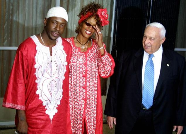 Con il marito e il primo ministro israeliano Ariel Sharon nel 2003 (Afp)