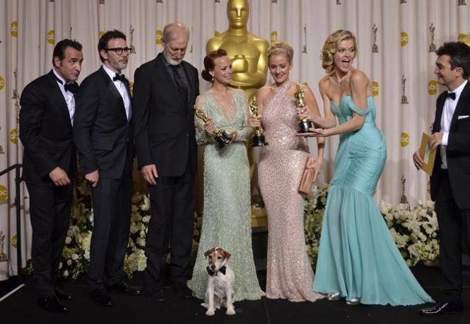 Il cast di «The Artist», compreso il cane Uggie, festeggia i 5 Oscar (Afp)