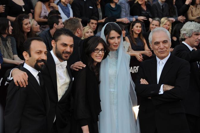 Il regista iraniano Asghar Farhadi (a sinistra) e il cast di «Una separazione», miglior film straniero (Epa)