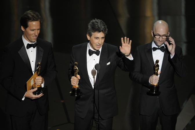 Nat Faxon, Alexander Payne e Jim Rash, premiati per la miglior sceneggiatura non originale per «Paradiso amaro» (LaPresse)