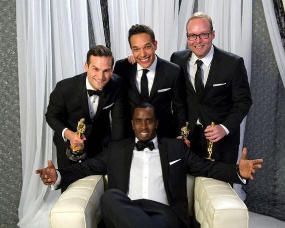 Dan Lindsay, Tj Martin e Rich Middlemas in posa con Sean Combs, miglior documentario: «Undefeated» (LaPresse)