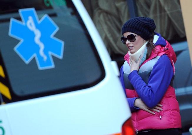 La modella ceca Ivana Mrazova lascia il suo suo hotel «il Globo» a Sanremo per salire su una ambulanza (Ansa)