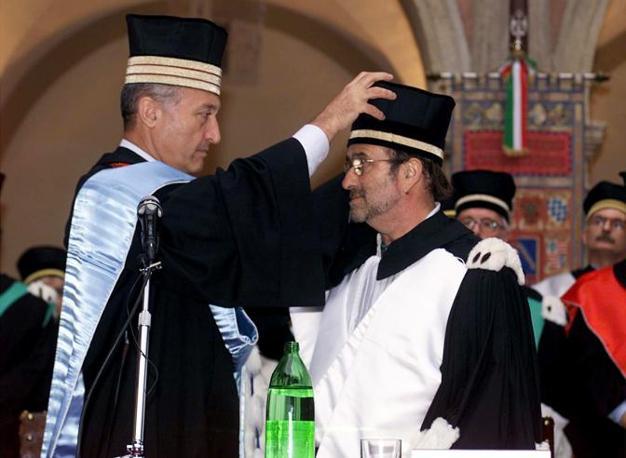 Dalla riceve dal rettore dell'Università di Bologna la laurea honoris causa in Lettere e Filosofia nel luglio del 199 (Ansa)
