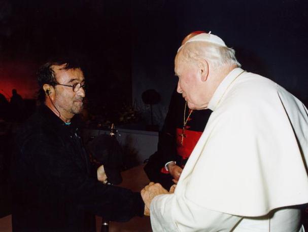 Con Giovanni Paolo II a Bologna nel 1997 (Ansa)