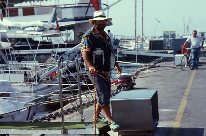Al mare mentre scende da una barca (Olycom)