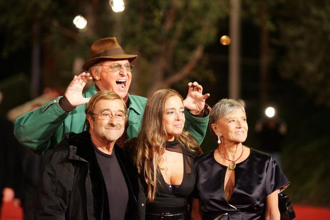"""Con Renzo Arbore, Diana de Curtis e Liliana de Curtis sul red carpet prima della proiezione del film """"Un principe chiamato Toto"""" alla Festa Internazionale di Roma (Ansa/Giglia)"""