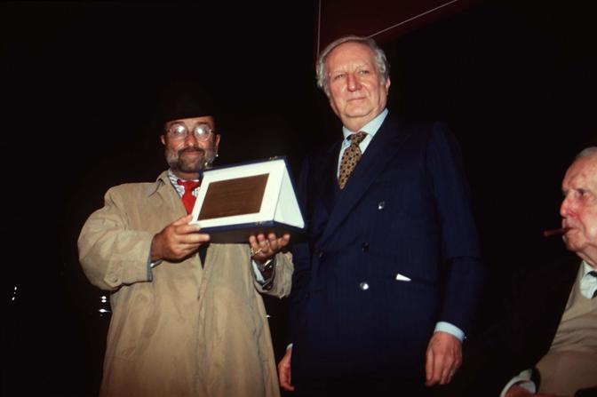 Alla consegna di un premio con Giulio Abiezzi (Olycom)