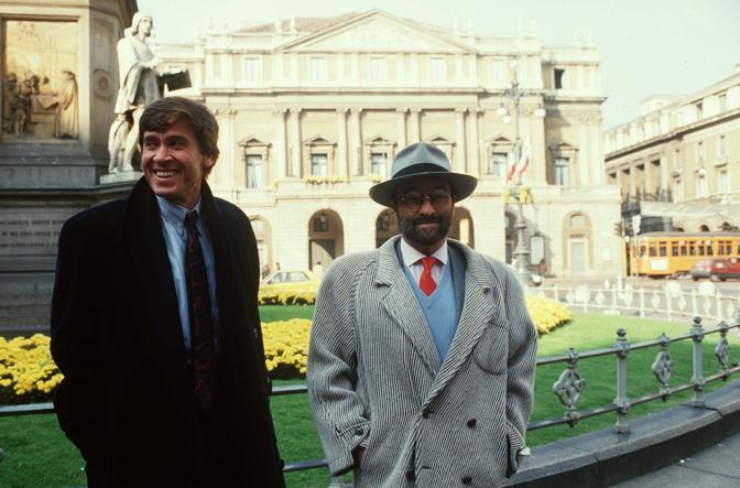 Gianni Morandi e Lucio Dalla davanti al Teatro alla Scala di Milano (Olycom)