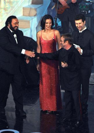 Lucio Dalla durante la 50a edizione del Festival di Sanremo con il tenore Luciano Pavarotti, Fabio Fazio e Ines Sastre (Olycom)