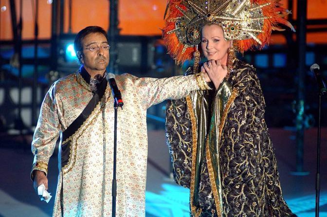 Mentre canta con Katia Ricciarelli (Olycom)