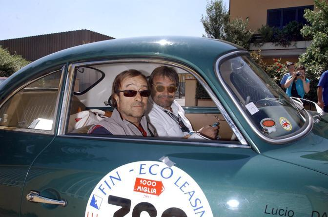 Lucio Dalla con il fotografo Oliviero Toscani alla rievocazione della Mille Miglia (Olycom)