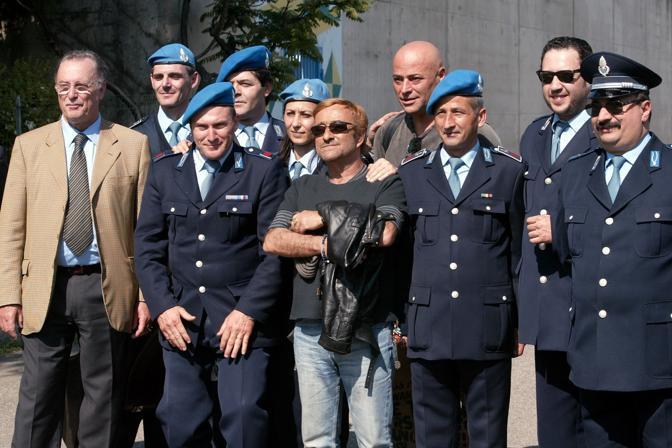 Foto ricordo dopo il concerto tenuto nel carcere Dozza di Bologna (Olycom)