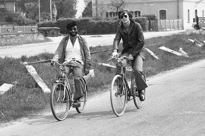 Dalla con Ron (Rosalino Cellamare) in bicicletta (Olycom)