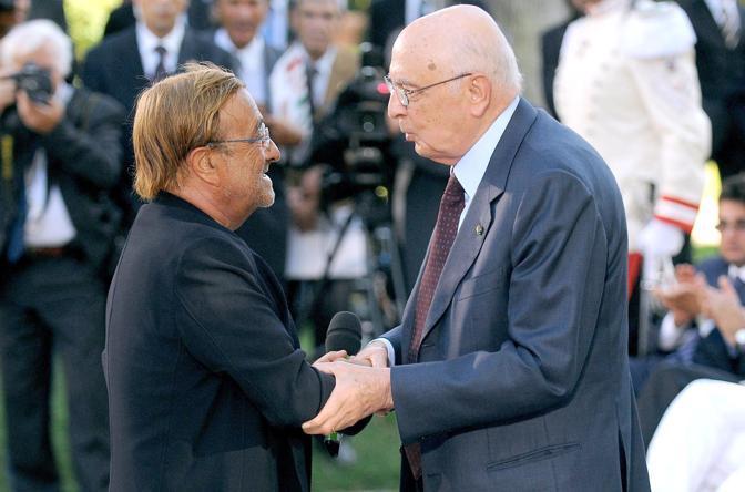Lucio Dalla stringe la mano al presidente Giorgio Napolitano (Olycom)