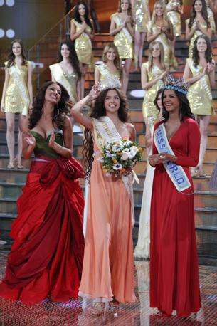 miss Russia 2011 Natalia Gantimurova insieme a  miss Mondo 2011  Ivian Lunasol Sarcos Colmenares e Yelizaveta Golovanova appena eletta miss Russia 2012  (Olycom)