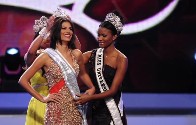 Carlina Duran incoronata vincitrice del concorso per Miss Repubblica Domenicana. La gioia di Carlina è durata poco: è stata privata del titolo perché sposata (Reuters)