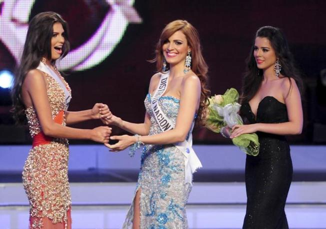 Carlina Duran, a sinistra, 25 anni, prima della proclamazione della vincitrice del concorso di Miss Rep. Domenicana. Accanto a lei Dulcita Liegi, seconda sul campo e prima a tavolino (Reuters)