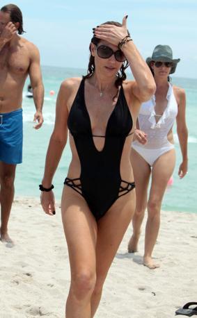 Trikini nero very hot per Dasy Fuentes, la prima vee-jay cubana-americana di Mtv, sulla spiaggia di Miami (Olycom)